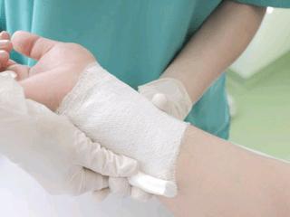 Thay băng vết thương sau mổ an toàn